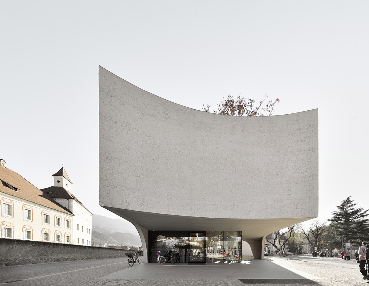 Public space 'TreeHugger' with sinuous curves in Bolzano by MoDusArchitects